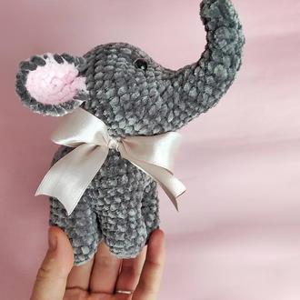 Слоник вязаная игрушка. Плюшевый слоник. Милая игрушка ко Дню Святого Валентина