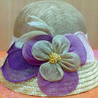 Летняя женская шляпа с маленьким полем из кокосовой соломки темный беж  с цветочной аппликацией
