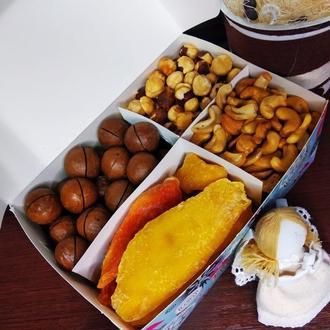 Большая коробка с орехами и фруктами
