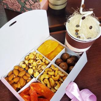 Женственная коробка с орехами и фруктами