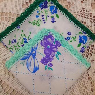 Платочки с цветной обвязкой