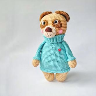 Мишка Валентинка с сердцем, игрушка вязанная Влюбленный мишка