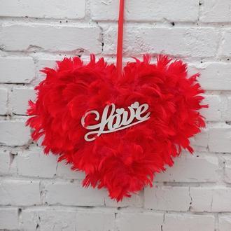 Красное сердце из перьев - декор ко дню Святого валентина на дверь, стену,