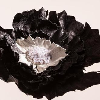 Брошь кожанная, черная, в виде цветка-хризантема.