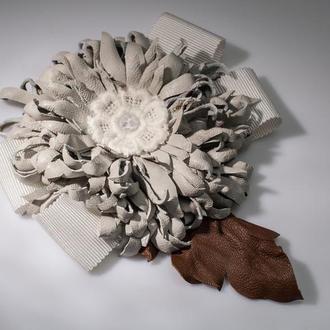 Брошь в виде цветка из натуральной кожи и бусин