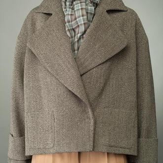 Пальто-жакет женское шерстяное с английским воротником и патами на рукавах укороченное.