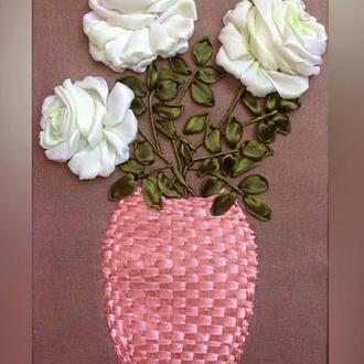 Картина вышитая лентами Розы в вазе