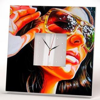 """Незвичайні дизайнерські годинники """"Дівчина Пінап"""""""