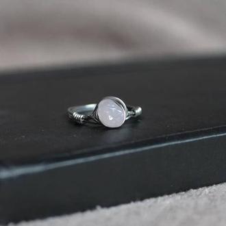 Кольцо из проволоки с розовым кварцем