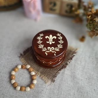 Круглая шкатулочка для украшений, колец с геральдической лилией