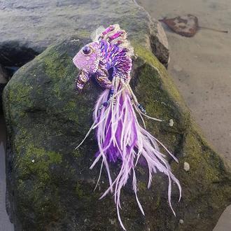 """Брошь """"Рыбка Фиолетовая"""" вышитая стразами, пайетками, бисером"""