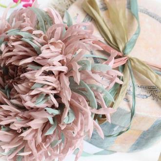 Шелковая брошь-хризантема «Кассиопея». Цветы из ткани