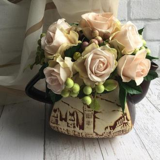 Букет роз в керамическом чайнике