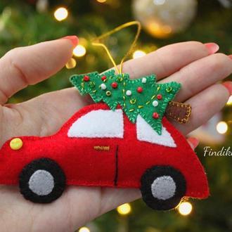 Красная машина с ёлкой на крыше. Ёлочная игрушка красная машинка