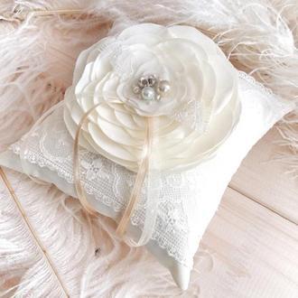 Подушечка для колец с цветком айвори