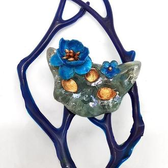 Брошь Кот с синими цветами