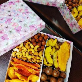 Нежная коробка с фруктами и орехами