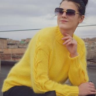 Яркий и шикарный свитер на весну из нежнейшей Ангоры с косами на рукавах