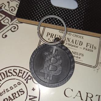 Брелок из карбона с логотипом Биткойна и титановыми кольцами