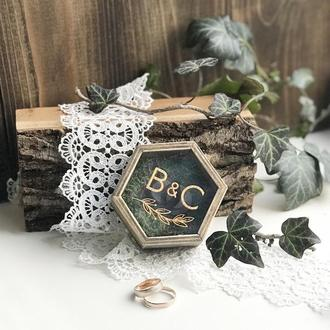 Деревянная коробочка  для обручальных колец с вашими именами Hexagon