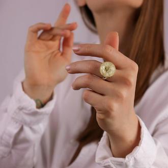 Крупное кольцо из ювелирной смолы с гипсофилой