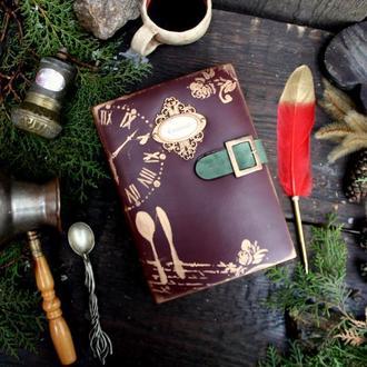 Кулинарная книга в обложке из натуральной кожи