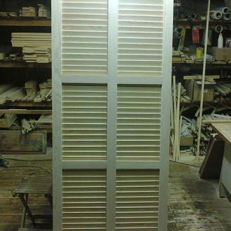Межкомнатная дверь (дверное полотно), выполнена в стиле жалюзийных дверок