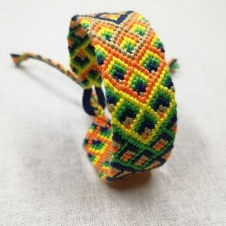 Яркий браслет фенечка