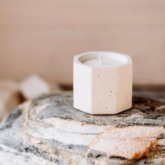 Ароматическая соевая свеча в бетонном подсвечнике