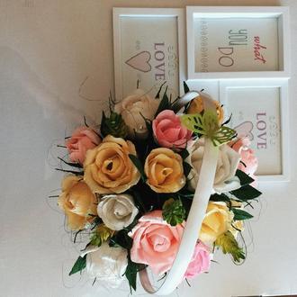 Троянди з цукерками в кошичку
