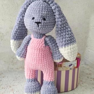 Зайка в розовом комбинезоне. Плюшевый зайчик. Вязаная игрушка для ребенка