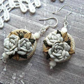 Серьги подвески из натуральной кожи миниатюрная цветочная композиция с белыми розами