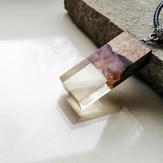Оригинальный недорогой подарок - стильный кулон из древесины дуба и ювелирной смолы