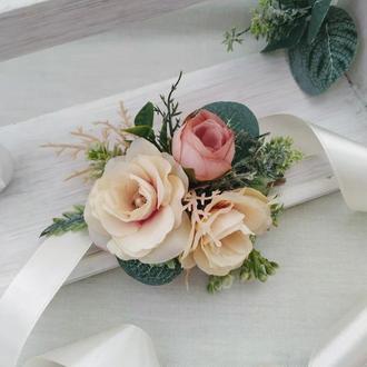 Бутоньерка на руку Кремовые розы и эвкалипт Бутоньерка для свидетельницы