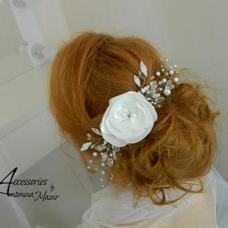 Свадебный гребень из бусин, бисера и цветком из ткани