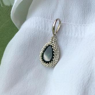 Изумрудный серебряный кулон с кристаллом Swarovski и ювелирным бисером