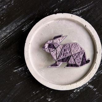 Интересная брошь фиолетовый Кролик. Авторская брошь геометрический Зайчик. Дизайнерская брошь Кролик