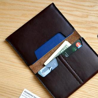 Кошелек из бодовой американской кожи Horween. Вмещает паспорт, карточки, деньги.
