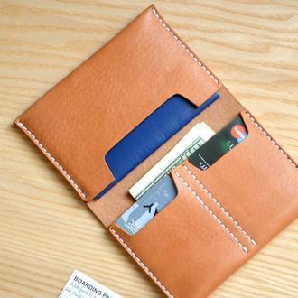 Кошелек из кремовой американской кожи Horween. Вмещает паспорт, карточки, деньги.