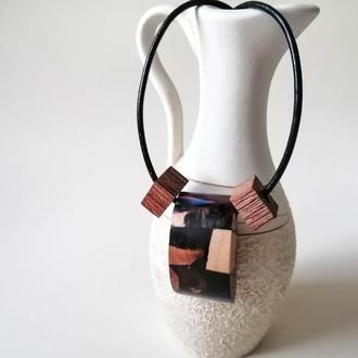 Оригинальный подарок девушке - кулон из дерева и ювелирной смолы,