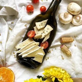 Закусочна скляна тарілка незвичної форми з переробленої пляшки. Подарунок любителям вина і сиру
