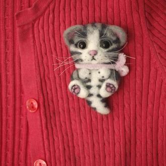 Брошь из шерсти котенок