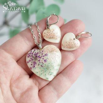 Набор серьги и кулон в форме сердца с разноцветными цветами в эпоксидной смоле