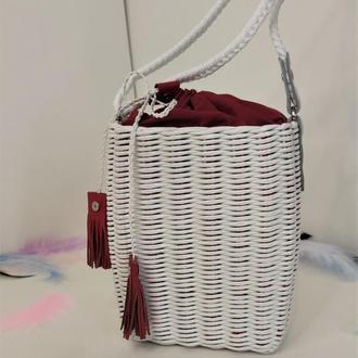 Белая плетеная сумка мессенджер с красным чехлом и красными кисточками из кожи