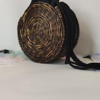 Круглая коричневая плетеная сумка с длинной ручкой