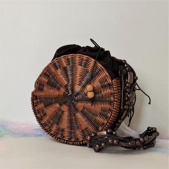 Круглая маленькая плетеная сумка с длинной ручкой
