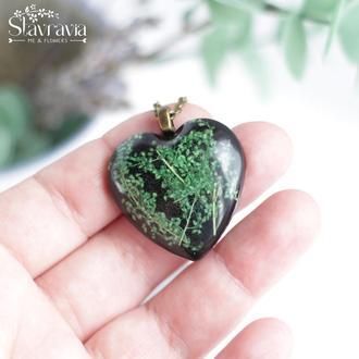 Подвеска Зелено -черное сердце с настоящими растениями в эпоксидной смоле • Зеленое сердце с цветами
