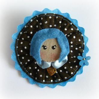 Текстильная брошь-куколка