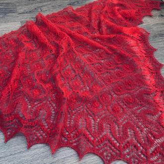 Красная ажурная шаль