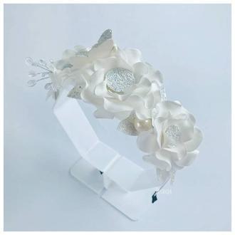 Ободок с веточкой из стеклянных бусин и глитерной бабочкой